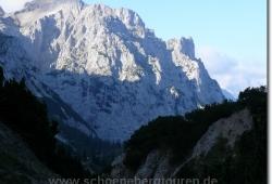 Rueckblick auf Hochlandhuette und Tiefkarspitze