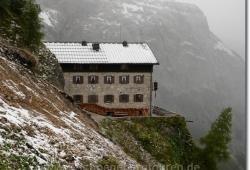 Der Schnee am Karwendelhaus bleibt langsam liegen