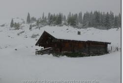 Die Ladizalm in der verschneiten Landschaft
