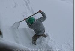 Der Huettenwirt der Falkenhuette schaufelt auch fleissig Schnee