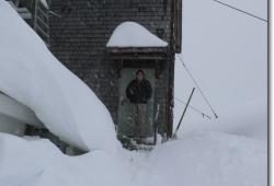 Der verschneite Eingang zum Kuechenbereich der Falkenhuette