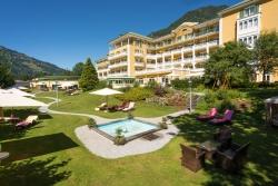 Das Alpenhaus Gasteinertal - Aussenansicht mit Garten und Pool
