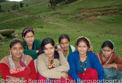 Garwhal Himalaya - Maedels in Panwali Kantha