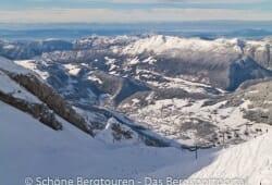 Haute-Savoie - Blick ueber La Clusaz vom Col de Balme