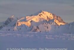Haute-Savoie - Letzten Sonnenstrahlen des Tages strahlen den Mont Blanc an