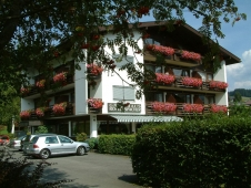 Gaestehaus Rottenspacher - Aussenansicht im Sommer mit Baum