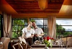 Hotel Salzburger Hof Leogang - Paar im Panoramarestaurant