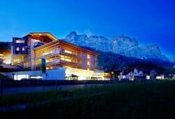 Lagacio Hotel Mountain Residence - Aussenansicht bei Abenddaemmerung