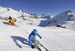 Aletsch Arena - Skifahrer am grossen Aletschgletscher