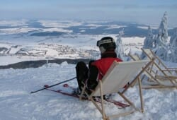 Hohenbogen - Skifahrer im Liegestuhl