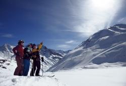 Pitztaler Gletscher - 3 Skifahrer schauen