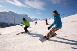 Savognin - Skifahrer und Snowboarder