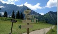 Wegweiser vor der Bergstation Bellevue