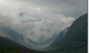 Wolken waelzen sich ins Tal