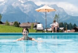 Travel Charme Bergresort Werfenweng - Aussenpool im Sommer