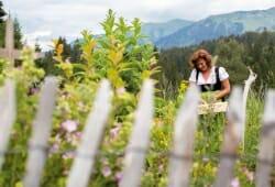 Travel Charme Ifen Hotel - Kraeuterfrau im Garten