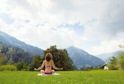 Travel Charme Ifen Hotel - Yoga auf der Wiese