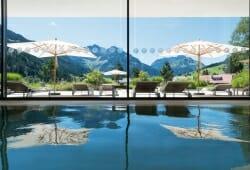 Travel Charme Ifen Hotel - Innenpool mit Bergblick