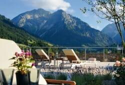 Travel Charme Ifen Hotel - Terasse im Sommer