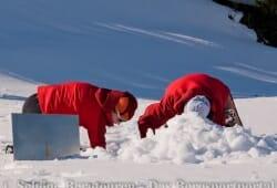 Die Teilnehmer vergraben einen Funksender...