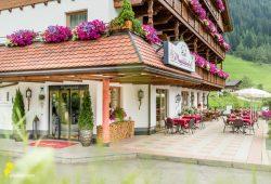 Vitalpina Hotel Magdalenahof - Terasse im Sommer