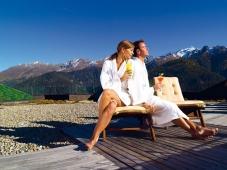 Wellness-Residenz Schalber - Paar relaxed in der Sonne