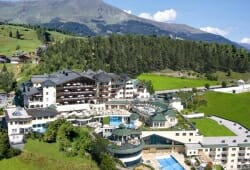Wellness-Residenz Schalber - Hotelansicht mit Pool