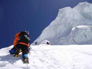 Simon Kehrer in der Nordwand des Mount Genyen