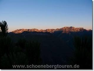 Hoehenzug von Nebelhorn und Daumen leuchtet in der Morgensonne