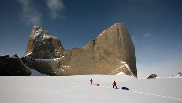 Mit Hilfe von Expeditionsschlitten ziehen wir das Material 7km zum Berg
