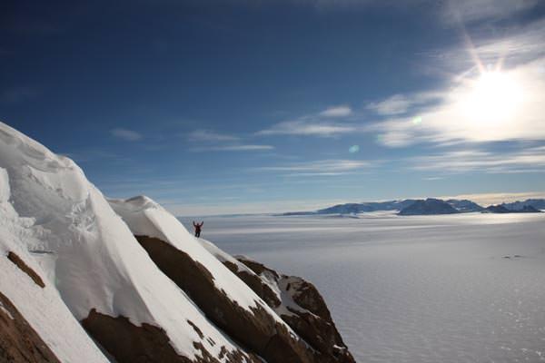 Ein leichter Firngrat, dann türmt sich die Westwand 600 Meter überhängend auf