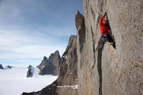 Alexander klettert eine spektakuläre 5.10+- Techno