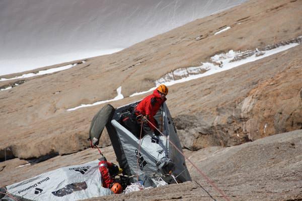 Ein Portaledge Lager irgendwo in der Mitte der Wand, ca. 400 Meter über dem ewigen Eis der Antarktis