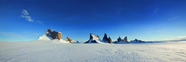 Die vollständige Gebirkskette der Nunatakks: Ulvetanna, Kintanna and Holtanna
