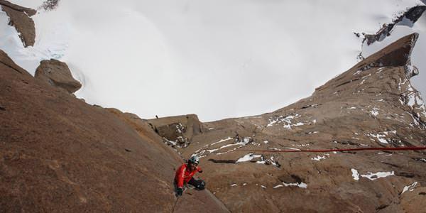"""Thomas in der Hauptwand unserer Route """"Sound of Silence"""" mit 800 Meter senkrechter Leere unter seinen Füßen"""