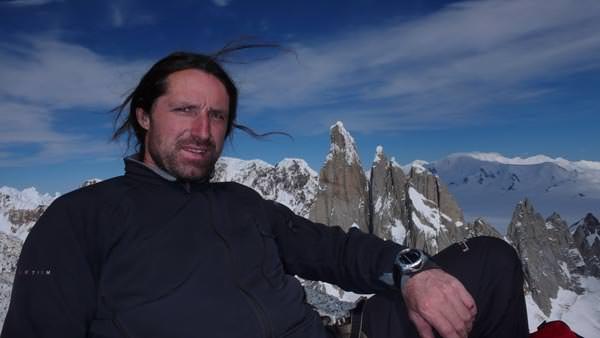 Alexander Huber mit Suunto Uhr auf dem Gipfel