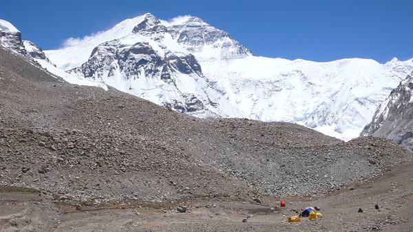Everest Nordwand mit Windfahnen - Basecamp