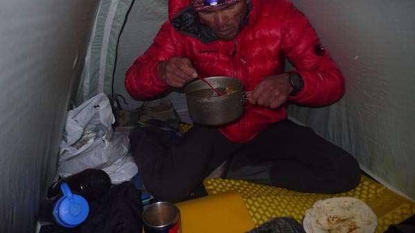 Kazuya beim Essen auf der Akklimatisationstour in Chukung