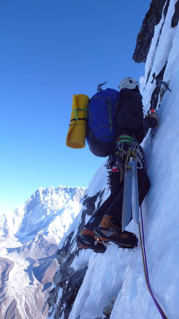 Ama Dablam Expedition 2010 - David klettert in der Nordwand