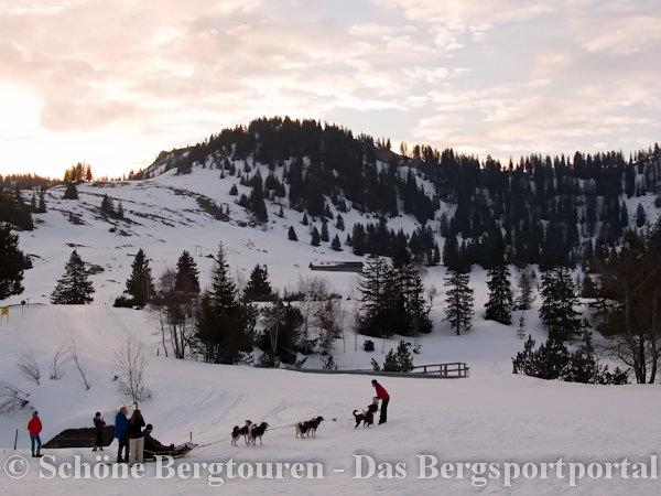 Morgendaemmerung am Alpengasthof Hoermoos