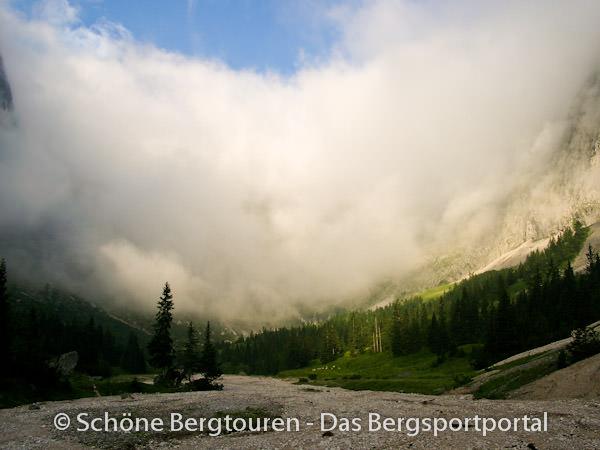Wettersteingebirge - Nebel am Hoellentalanger