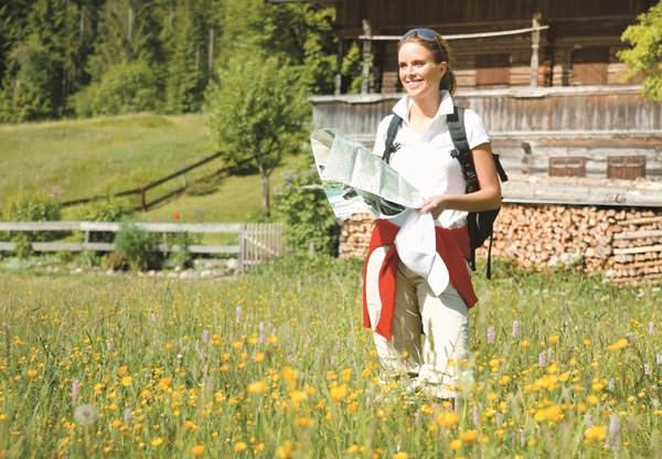 Wildschoenau - Wanderin mit Wanderkarte