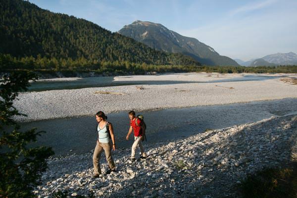 Fuessen - Wanderer am Lech