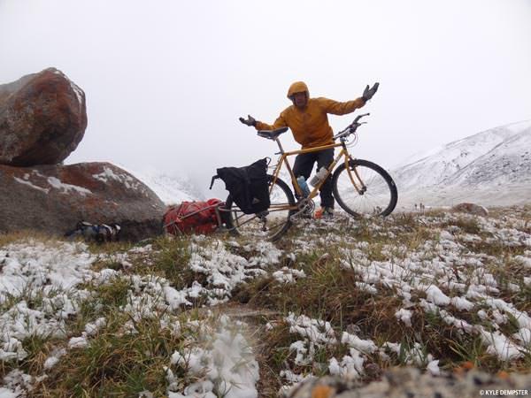 Road From Karakol - Kyle in verschneiter Landschaft