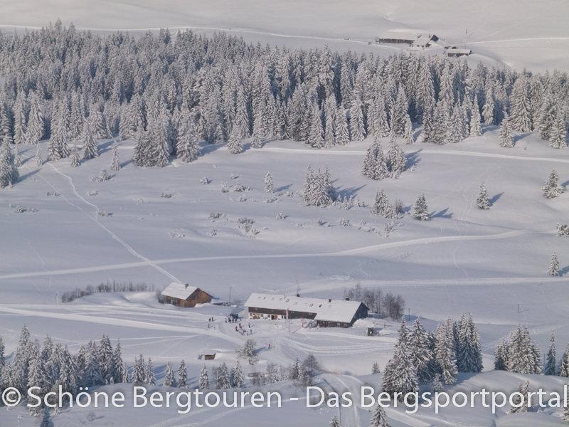 Blick vom Falken (mit 1564m Höhe) hinunter zum Alpengasthof Hörmoos (auf 1283m Höhe) - Foto: Mario Hübner
