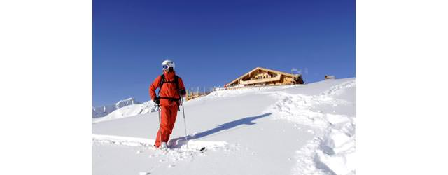 Hochzillertal Kaltenbach - Skifahrer im Tiefschnee vor der Wedelhuette