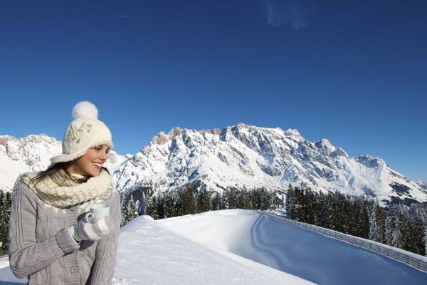 Skigebiet Hochkoenig - Frau vor Bergpanorama