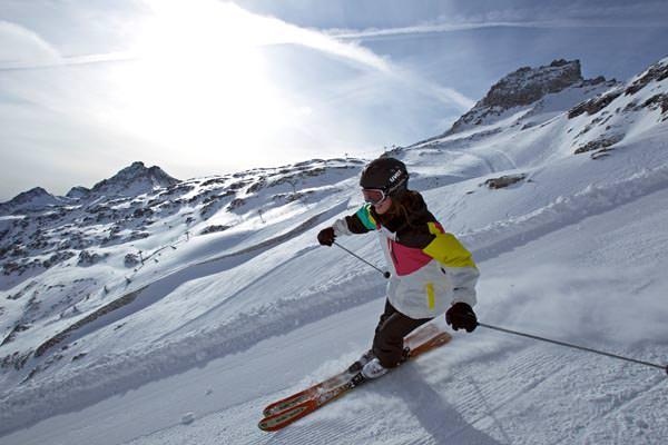 Skigebiet Moelltaler Gletscher - Skifahrerin bei der Abfahrt