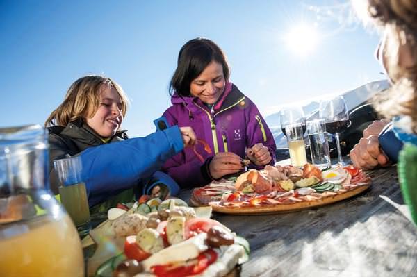 Gitschberg Jochtal - Familie isst an Berghuette