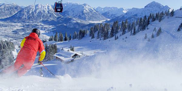 Reutte-Hahnenkamm - Skifahrer im Powder